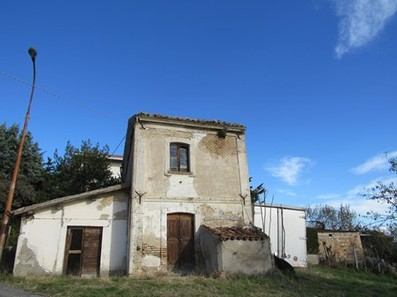 Hill top, brick farm house of 80sqm with barn 2km to town and open mountain views1