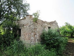 Ruin of 80sqm with 1200sqm of peach orchard, flat land 1 km to the town, for villa of up to 300sqm.1