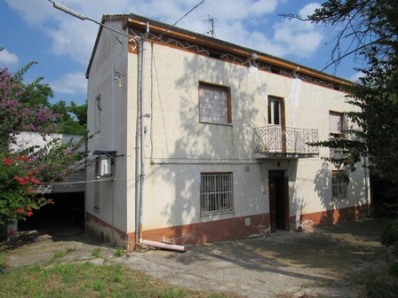 Detached farm house, with 3000sqm of land on a hill top with beautiful mountain views