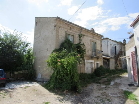 1930s country house, 2 beds, garden 2km from shops, 4km to the city of Lanciano