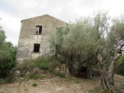Isolated, 300sqm ruin with 4 hectares of land 2 km to the traditional town of Casoli and amazing views 1