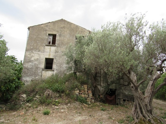 Isolated, 300sqm ruin with 4 hectares of land 2 km to the traditional town of Casoli and amazing views