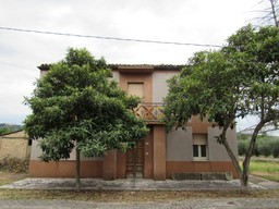 Detached town house with 3300sqm of garden, 30sqm terrace, outbuildings and 1km to shops and restaurants