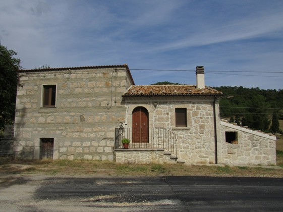 Detached, maiella stone structure, 4 bedrooms, 5000sqm of flat land and magnificent views.