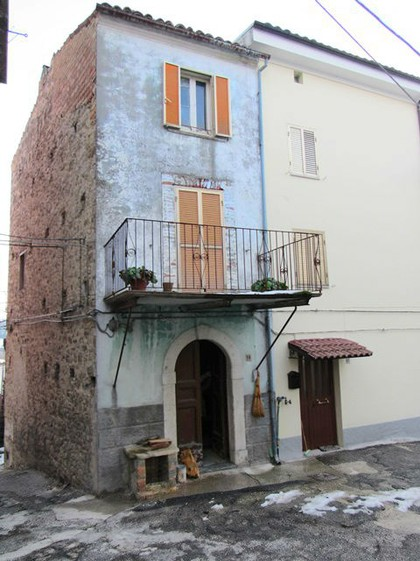 Character full, maiella stone, 3 bedroom town house in the center of a small hamlet, with original features and terrace.