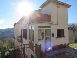 Detached, habitable, countryside house of 120sqm, with 3 bedrooms, 1000sqm of garden, and beautiful open views.
