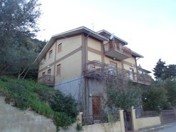 Detached, finished town house of 270sqm with garden and terrace.