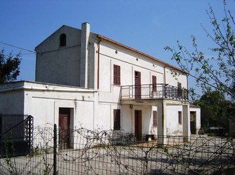 Detached farm house surrounded by 1000 sqm of garden.1