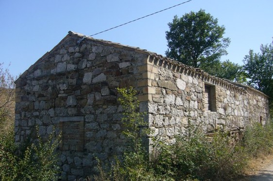 Old house made with oOriginal Majella stone. The house has 2 big room and 1000sqm of land with fruit trees. 1